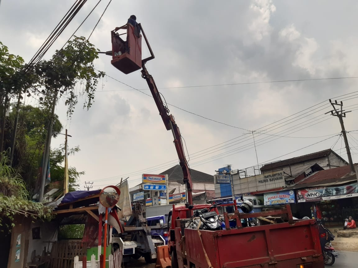 Dinas Perhubungan Kabupaten Sukabumi  mengganti puluhan Batere dan lampu penerangan jalan umum LED Street Lighting.