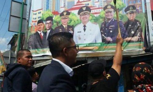 Alat Peraga Miliknya Ditutup oleh Baligo Pemkab, Balon Bupati DC Meradang