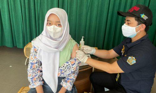 Siswa SMA Angkasa Lanud Husein Sastranegara Terima Suntikan Vaksin Covid-19 Dosis Pertama